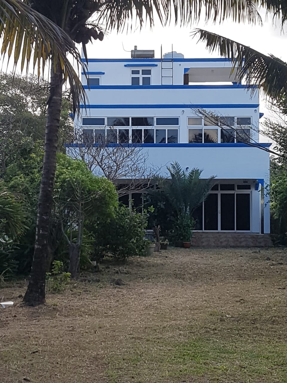 Blue border house – Le Bouchon